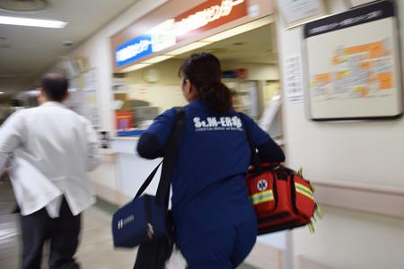 院内急変対応システムRRSに対応するスタッフ